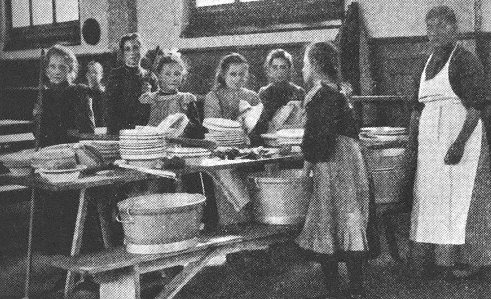 Mahlzeitenausgabe Für Arme Kinder In Zürich Um 1908.